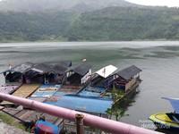 Selain berfoto, pengunjung juga bisa berkeliling telaga menggunakan perahu yang di sewakan oleh pengelola