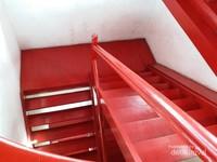 Untuk sampai di atas Menara Syahbandar kita perlu menaiki tangga-tangga ini