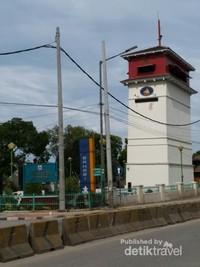 Menara Syahbandar dulunya merupakan menara untuk mengawasi keluar masuknya kapal di Batavia