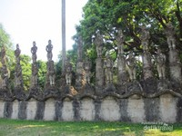 Patung-patung disini ada yang menggambarkan manusia, hewan, dewa dan juga setan