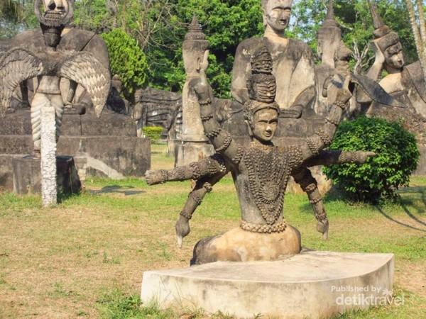 Meskipun  bernama Budha Park, patung-patung di sini terdiri dari patung Budha dan Hindu