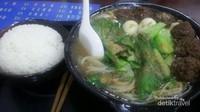 Nasi dan mie bakso juga tersedia di sini