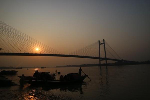 Salah satu spot terbaik untuk menikmati sunset  di Kolkata adalah di bawah jembatan Vidyasagar Setu tepat di daerah Princep Ghat di tepi sungai Hooghly