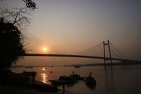 Dari lokasi ini kita bisa menyaksikan proses matahari tenggelam sambil disajikan pemandangan para nelayan yang sedang melakukan aktivitasnya