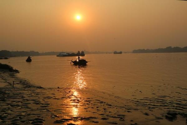 Matahari di Kolkata memiliki bentuk lingkaran sempurna dikarenakan langit Kolkata yang cenderung berkabut