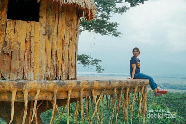 Menikmati pemandangan dari rumah pohon di Eling Bening