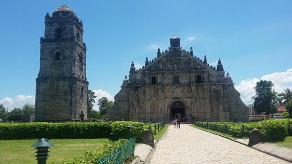 Paoay Church dan Bell Tower terletak di Kota Paoay, Ilocos Norte, Filipina
