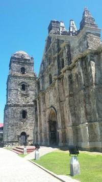 Dinding gereja ini terbuat dari batu koral yang besar di bagian bawah dan bata di bagian atas