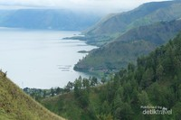 Tak kalah cantik, landscape danau Toba dari air terjun Sipiso-piso.