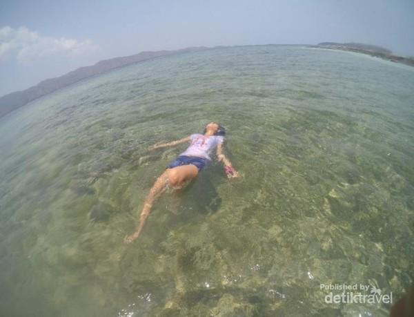 Ketenangan air di Gili kedis seperti berenangdi pulau sendiri.