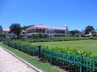 Paoay Church dikelilingi oleh taman hijau yang cukup luas