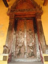 Patung Buddha yang terdapat di sini berasal dari abad ke-16 dan terbuat dari batu, kayu, dan perunggu