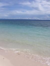 Pasirnya putih dan tentu saja memiliki air laut yang jernih
