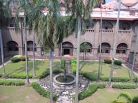 Taman museum dengan kolam air mancur mungil dilihat dari lantai dua