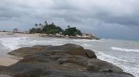Batu granit yang besar menjadikan pantai ini lebih cantik