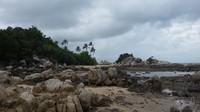 Batuan yang berserakan menjadikan pantai ini unik