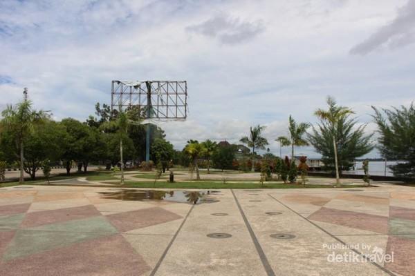 Bentuk taman yang memanjang , memberikan setiap bagian taman pemandangan sungai Mahakam .