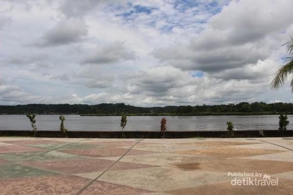 Sungai Mahakam yang ada di sepanjang taman menjadi pemandangan yang indah .
