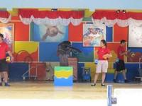 Bermain hula hop bersama pelatih