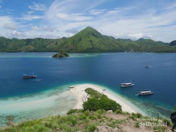 hamparan hijau perbukitan dipadukan dengan cerah nya langit membuat suasana di pulau Kelor serasa lebih tenang