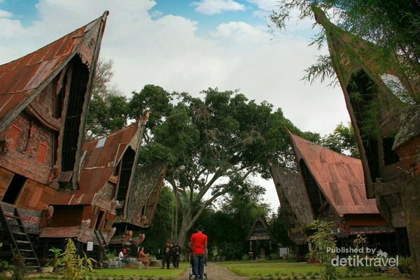 Rumah Bolon (Rumah Adat Batak) di Museum Batak, Balige, Sumatera Utara. Bentuknya mirip dengan Tongkonan, yang membedakan hanya ujung atapnya yang runcing.
