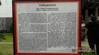 Penjelasan tentang mengapa Budaya Toraja dan Batak hampir sama. Tulisan ini diletakkan di depan miniatur Tongkonan.