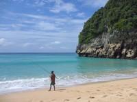 Memancing, salah satu kegiatan yang bisa dilakukan di pantai ini