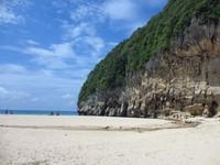 Pantai Babah Dua memiliki pasir putih dan tebing besar di sisi pantai