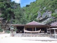 Pantai ini memiliki bungalow dan restoran yang menarik wisatawan