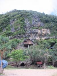 Terdapat bungalow yang terletak di atas tebing dengan ketinggian sekitar 5 meter