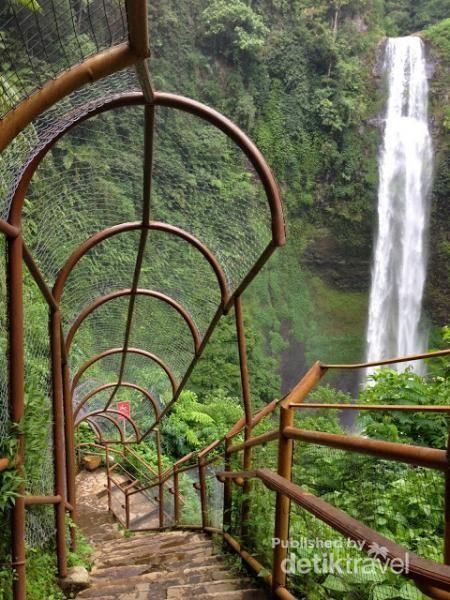 Ratusan anak tangga menuju lembah Curug Cimahi