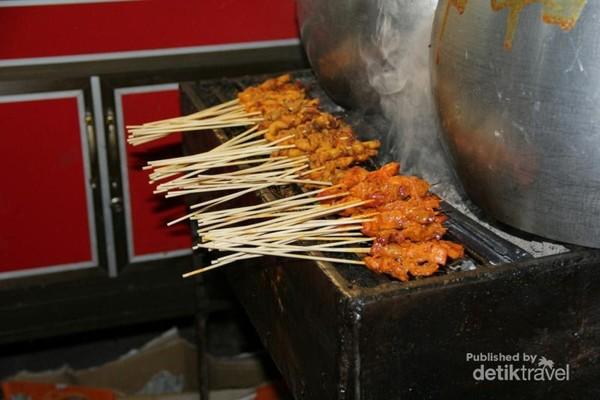 Sate Gurita Sabang sedang dibakar. Aromanya menggugah selera.