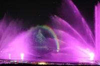 Permainan cahaya yang apik dan dipadukan dengan air mancur menari sungguh menghibur pengunjung
