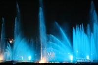Air mancur menari ini menjadi daya tarik bagi pengunjung setiap malam akhir pekan