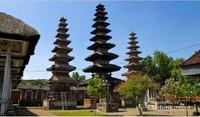 Pura Meru, merupakan pura terbesar dan tertua di Pulau Lombok