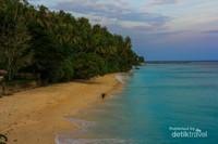 Pantai Sumur Tiga, salah satu spot yang cantik untuk menanti matahari terbit.
