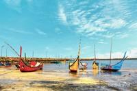 Ini Gampong Ie Meulee, merupakan kampung nelayan. Tidak banyak traveler yang tahu tempat ini. Di sini terdapat sebuah pantai tempat nelayan melabuhkan kapal-kapal mereka yang cantik berwarna-warni.