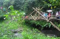 Jembatan bambu yang harus dilewati