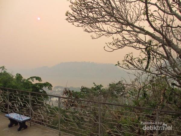 Dari puncak Phou Si, terhampar pemandangan Kota Luang Prabang, Sungai Mekong, dan Nam Khan