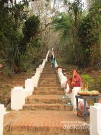Ratusan tangga menuju Gunung Phou Si