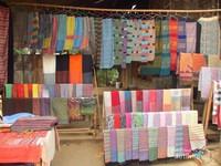 Penduduk disini juga menjual kain sebagai souvenir