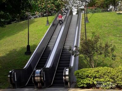 Ada Eskalator Tapi di Tengah Taman!