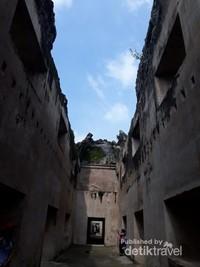Meski hanya reruntuhan namun menunjukan betapa gagahnya bangunan di zaman dahulu
