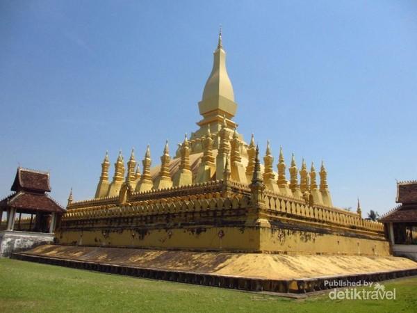 Pha That Luang dilihat dari dalam pagar dinding