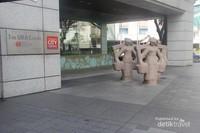 Bagian depan Gedung URA yang bersahaja