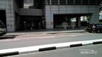 Gedung URA dari seberang jalan terlihat tak mencolok