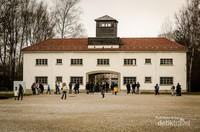 Pintu masuk utama kompleks Dachau.  Dachau terletak sekitar 15 km dari kota Munich, Jerman dan dibuka tahun 1933 oleh tangan kanan Hitler, Heinrich Himmler.