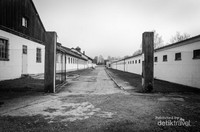 Salah satu sudut barak yang dikelilingi kawat.  Tujuan pertama kamp konsentrasi Dachau adalah tempat tahanan politik, tapi kemudian ditambah dengan pekerja paksa, tahanan orang Yahudi dan lain-lain, dari dalam dan luar Jerman.