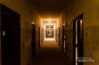 Penjara di bunker tertutup.  Seperti kamp konsenstrasi Nazi lainnya, para tahanan hidup dalam ketakutan dan penyiksaan terus-menerus.  Berdasarkan dokumen yang diketemukan, diperkirakan lebih dari 30 ribu tahanan yang meninggal dan ribuan lainnya yang tidak diketahui nasibnya.