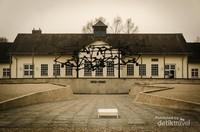 Pemandangan dari salah satu sudut kompleks barak.  Selain barak penjara, ada juga gedung kremasi, kantor administrasi dan juga gudang penyimpanan barang-barang dari tawanan. Dachau juga menjadi tempat eksperimen dimana banyak tawanan mati atau dibunuh.